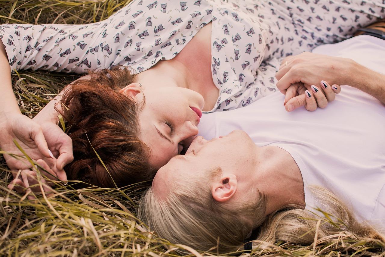 liggen in het gras