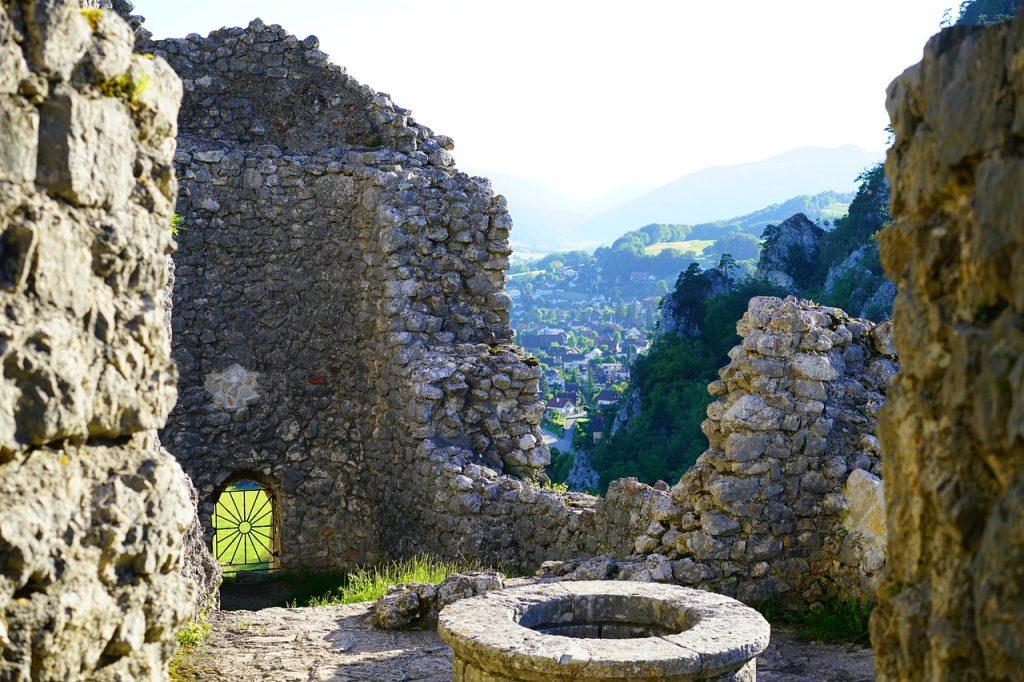 Kasteelmuur en bron